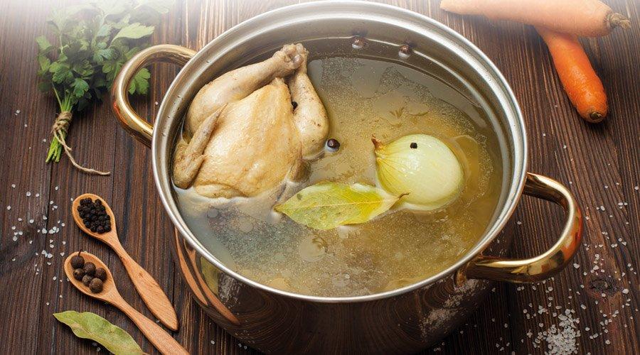 Einfache Hühnerbrühe aus der Low-Carb-Küche - LCHF Deutschland
