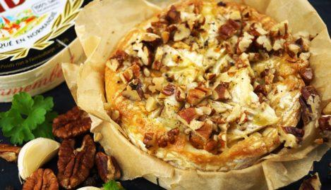 Gebackener Brie mit Nüssen und Knoblauch