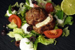 Gefüllte Frikadellen auf Salat