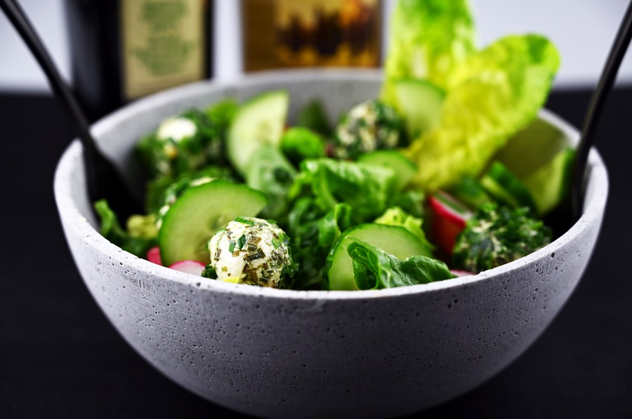 Salat mit Ziegenfrischkäse-Bällchen