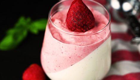 Joghurt-Panna-Cotta mit geeister Erdbeercreme