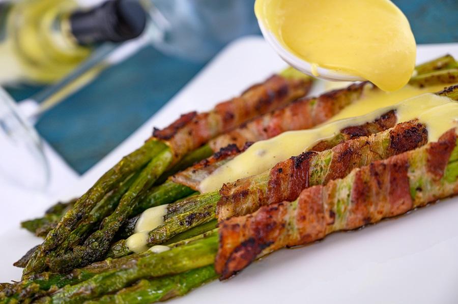 Spargel im Baconmantel mit Sauce Hollandaise