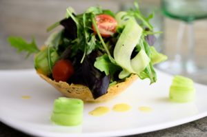 Salat im Parmesankörbchen