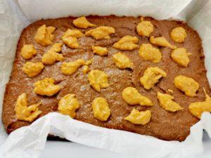 Brownies mit Erdnussbuttertopping vor dem Backen