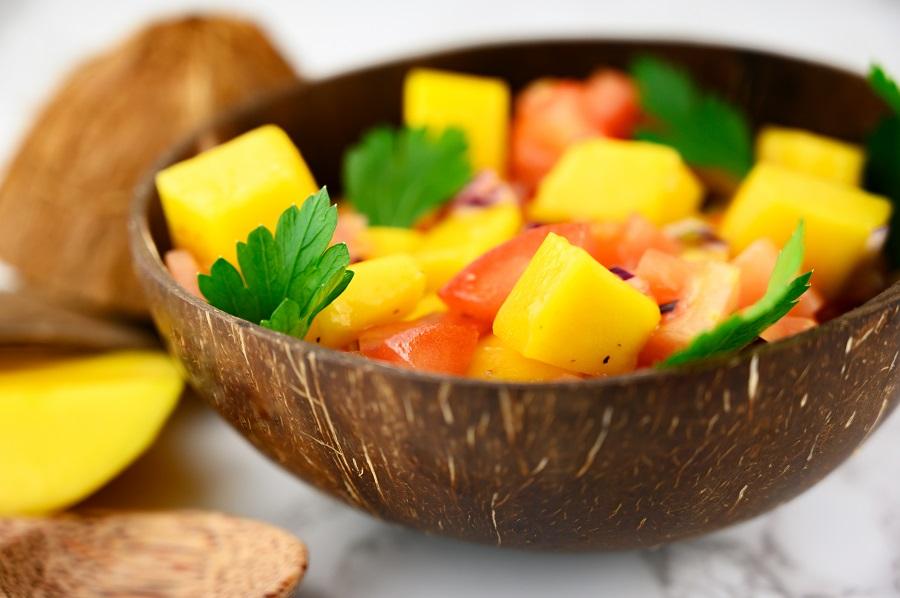 Fruchtiger Tomatensalat mit Mango