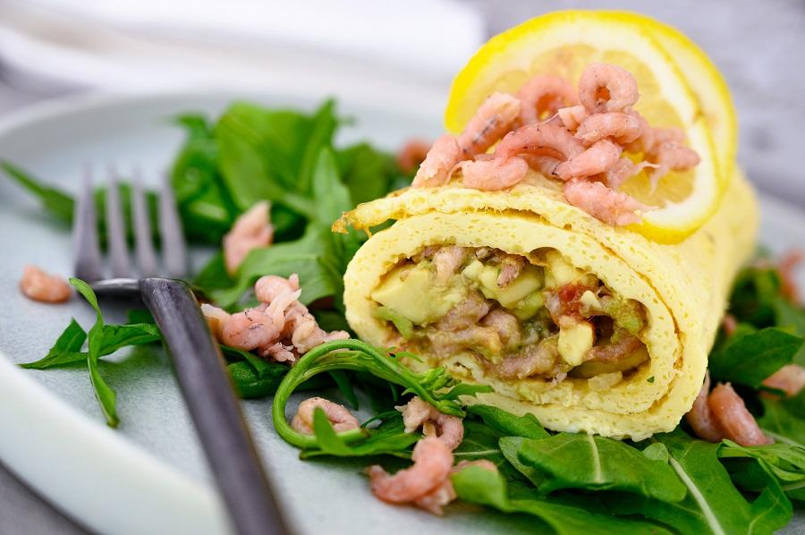 Omelettrollen mit Avocado und Krabben